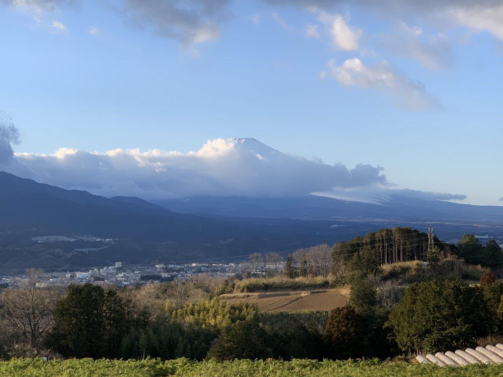 雲隠れした富士山